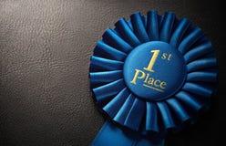 attribuez à la première place de médaille d'or le gagnant professionnel de trophée Image libre de droits