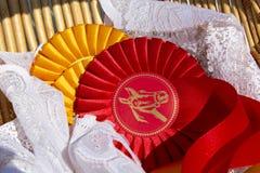 Attribuez les rosettes dans le sport équestre avec des couleurs rouges et jaunes Images libres de droits