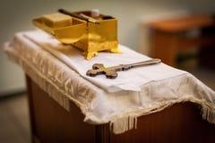 Attribut av en ortodox pr?st f?r dop Dop i stilsorten Sakrament av dopet Barn och gud arkivbilder