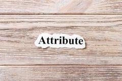 Attribut av ordet på papper Begrepp Ord av attributet på en träbakgrund arkivfoton