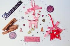 Attribut för härlig jul och för nytt år Beautifully lagt ut på en vit bakgrund och strilat med den duvarimfrost och masten arkivbilder