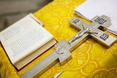 Attribut och kors av den ortodoxa kyrkan för ryss fotografering för bildbyråer