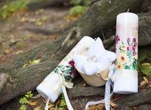 Attribute der Hochzeit, Eheringe des gelben Metalls auf einem weißen Kissen Stockfoto