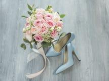 attributi alla moda di nozze della sposa bride& classico x27; mazzo di s fotografie stock