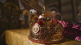 Attributi della chiesa per cerimonia di nozze Le corone dell'oro sono sull'altare Attributi del sacerdote Interior della chiesa stock footage