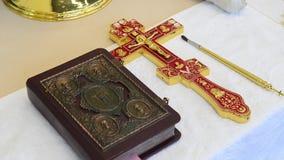 Attributi della chiesa per la cerimonia di consacrazione Attributi del sacerdote stock footage