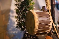 Attributi della cultura di nativo americano ad un festival del nativo americano Tamburo del nativo americano fotografia stock