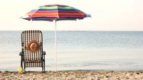 Attributi tranquilli del mare e del sunbath di mattina stock footage