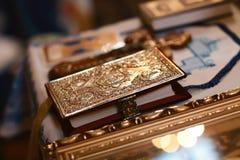 Attributo della chiesa una bibbia dorata con un fissare l'altare, vangelo, santo Immagini Stock Libere da Diritti