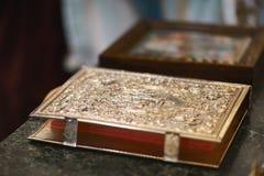 Attributo della chiesa una bibbia dorata con un fissare l'altare, vangelo, santo Fotografie Stock