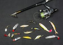 Attributs de pêcheur à la ligne Canne à pêche et amorce artificielle Photographie stock