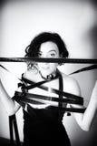 Attrice seducente con la striscia di pellicola p in bianco e nero d'annata di film Fotografia Stock Libera da Diritti