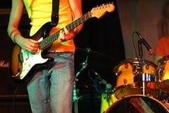 Attuatore freddo che gioca chitarra Fotografia Stock
