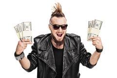 Attuatore punk che tiene alcune pile di soldi Immagine Stock