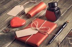 Atual embalado, papel de envolvimento, etiquetas, tinta bem, penas e deco Imagem de Stock