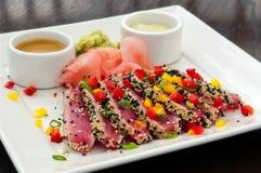 Atum Seared de Ahi com gengibre, Wasabi & molhos - completamente Fotos de Stock
