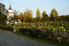 Atumn op Noorse begraafplaats en kerk, Noorwegen Royalty-vrije Stock Afbeeldingen