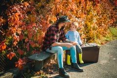 Atumn-Spa? am Park Vati und Sohn im Herbst parken das Spiellachen Netter kleiner Junge mit seinem Vater während des Spaziergangs  lizenzfreie stockfotos