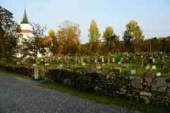 Atumn sul cimitero e sulla chiesa norvegesi, Norvegia Immagini Stock Libere da Diritti