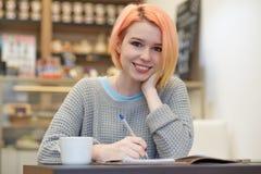 Atural enciende el retrato de las muchachas sonrientes atractivas jovenes del estudiante imagen de archivo