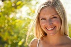 Atural kaukasisches blondes Frauenportrait Stockfotografie
