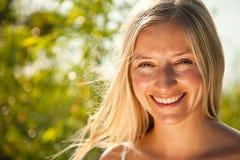 Atural kaukasisches blondes Frauenportrait Lizenzfreies Stockfoto