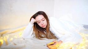 Aturdiendo a la mujer trastornada lee noticias desagradables en la pantalla móvil, lyi Fotos de archivo libres de regalías