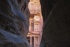 Aturdiendo la visión desde una cueva del anuncio Deir - monasterio en la ciudad antigua del Petra, Jordania foto de archivo