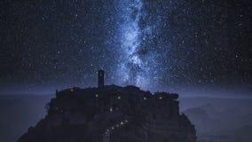 Aturdindo a cidade velha de Bagnoregio na noite com Via Látea, Itália vídeos de arquivo