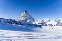 Aturdindo a ideia da paisagem da montanha de Matterhorn do inverno no dia brilhante ensolarado fotografia de stock