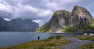 Aturdindo ilhas de Lofoten ajardine com montanhas e água dramáticas imagens de stock