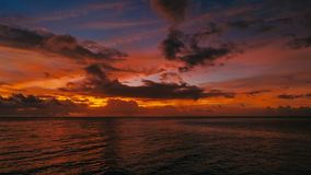 Aturdindo a imagem aérea bonita do zangão de um por do sol tropical vermelho acima do oceano do mar fotos de stock royalty free
