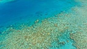 Aturdindo a imagem aérea do zangão de um canal marinho do grande recife de corais na água lisa do tempo calmo e na cama colorida  fotos de stock
