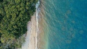 Aturdindo a imagem geométrica mínima do zangão aéreo de uma costa tropical remota do oceano do mar com a selva luxúria arenosa da imagens de stock