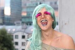 Aturdindo a mulher do transgender que sorri com orgulho fotografia de stock royalty free
