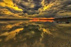 Aturdindo nuvens com reflexão transparente da água fotografia de stock royalty free