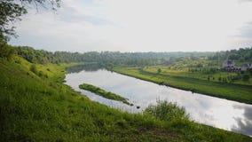 Aturdindo o banco bonito do rio A c?mera move-se para um penhasco alto que negligencie a curvatura do rio e do gre bonito filme