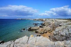 Aturdindo o litoral rochoso da ilha Quiberon Brittany France foto de stock