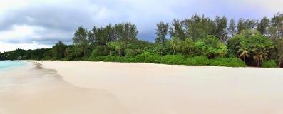 Aturdindo o panorama de alta resolução da praia tomado nas ilhas Seychelles do paraíso imagem de stock royalty free
