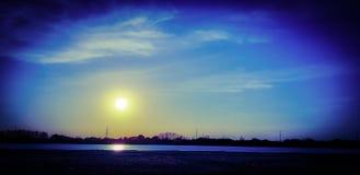 Aturdindo o por do sol e o céu azul sobre o rio de Kuban! fotos de stock