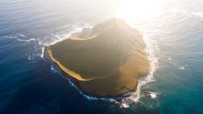 Aturdindo a opinião aérea do nascer do sol do zangão da ilha de Nana do  da ilha MÄ do coelho, uma ilhota desinibido encontrou 1 fotos de stock royalty free