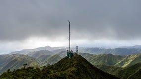 Aturdindo a opinião aérea do zangão de uma torre de comunicações na extremidade da cimeira de Wiliwilinui famoso Ridge Hiking Tra imagem de stock royalty free