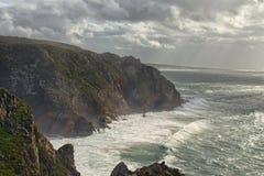 Aturdindo a paisagem de penhascos e de Oceano Atlântico pitorescos Opinião com ondas grandes, tempo nublado da manhã, vento de te fotografia de stock royalty free