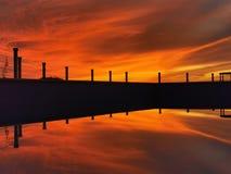 Aturdindo a reflexão do por do sol na associação imagens de stock