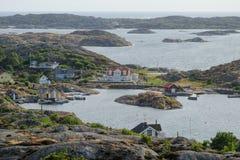 Aturdindo a vista às casas suecos no arquipélago fotografia de stock