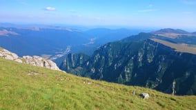 Aturdindo a vista da parte superior dos Carpathians imagem de stock