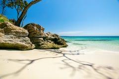 Aturdindo a vista da praia de Murrays, situada dentro do parque nacional de Booderee em Jervis Bay Territory imagens de stock