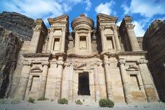 Aturdindo a vista de uma caverna do anúncio Deir - monastério na cidade antiga de PETRA, Jordânia Local do património mundial do  foto de stock