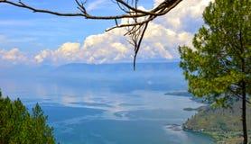 Aturdindo a vista do lago Toba em Indonésia imagem de stock