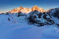 Aturdindo a vista do maciço de Mont Blanc e das suas geleiras de derretimento Aventuras do inverno nos cumes franceses italianos  foto de stock royalty free